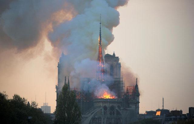 (تصاویر) کلیسای تاریخی نوتردام پاریس در آتش سوخت