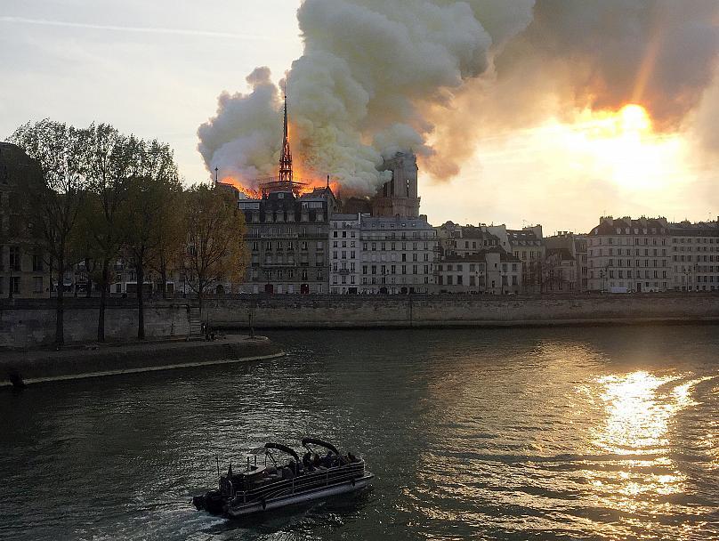 کلیسای نوتردام پاریس در آتش سوخت، اما فرو نریخت
