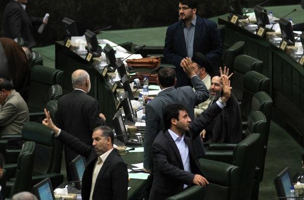 درگیری لفظی موسویلارگانی و وکیلی در صحن مجلس