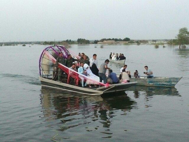 (تصاویر) مراسم ازدواج زوج خوزستانی روی سیل