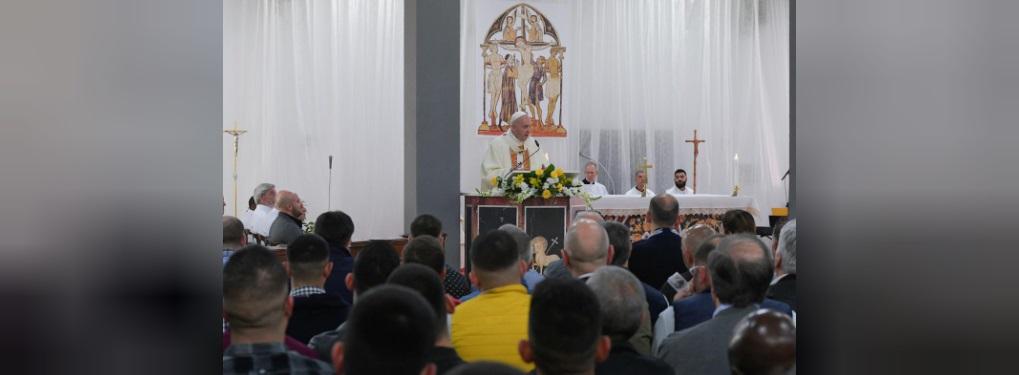 (تصاویر) پاپ این بار پای زندانیان را بوسید