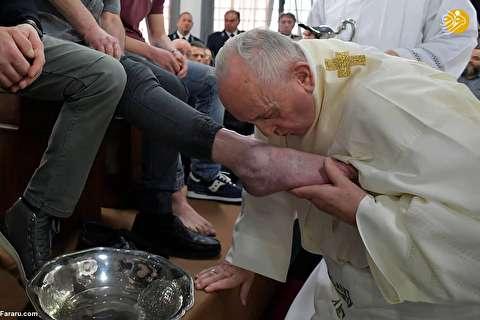 (تصاویر) پاپ پای زندانیان را شست و بوسید