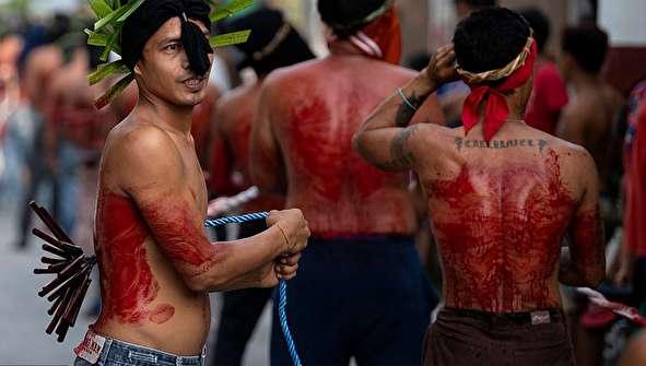 (تصاویر) مراسم زنجیرزنی خونین مسیحیان