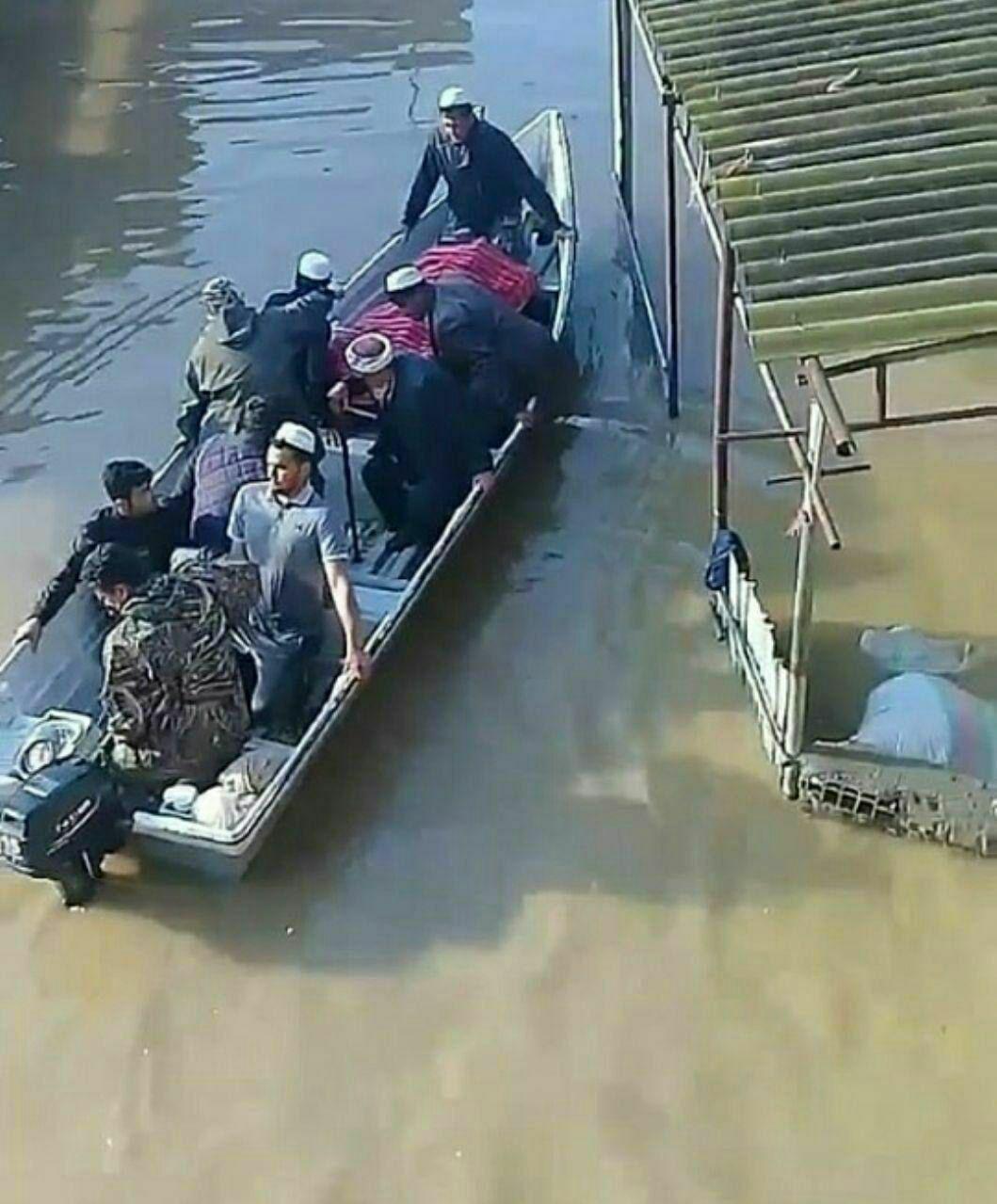 (تصویر) تشییع مادر دو شهید اهل آق قلا با قایق