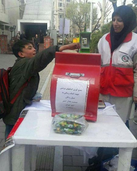 (عکس) دست یاری کودک کار تهرانی به سوی سیلزدگان