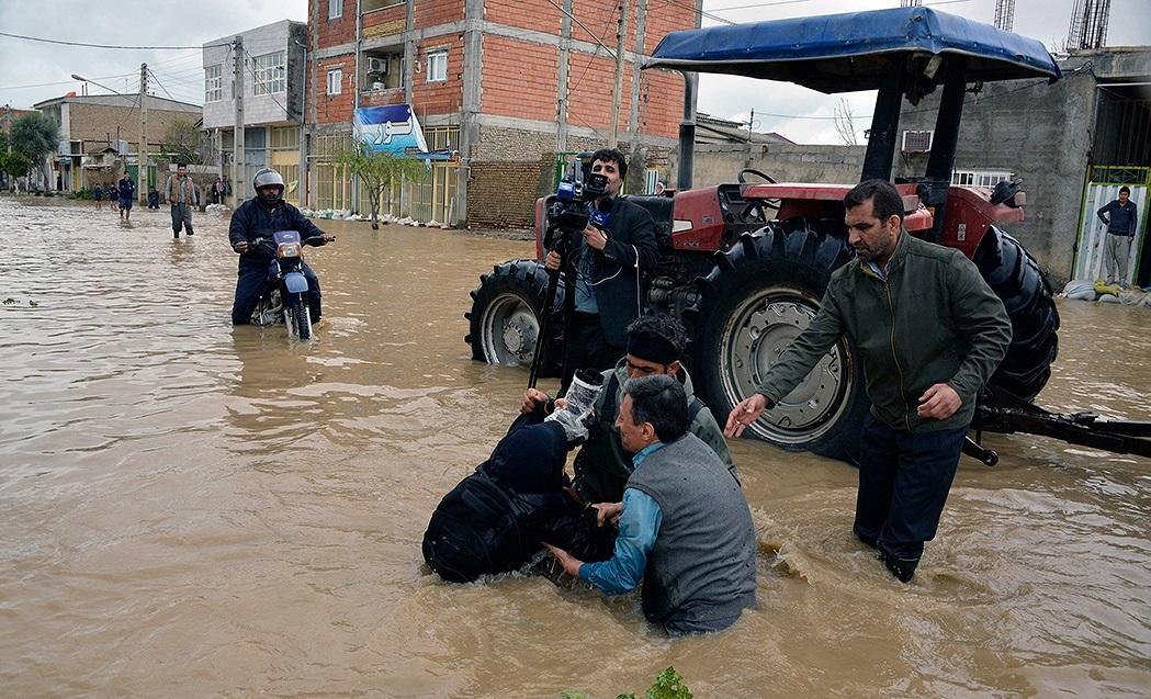 ماجرای عکس جنجالی رئیس کمیته امداد میان سیلاب گلستان چه بود؟
