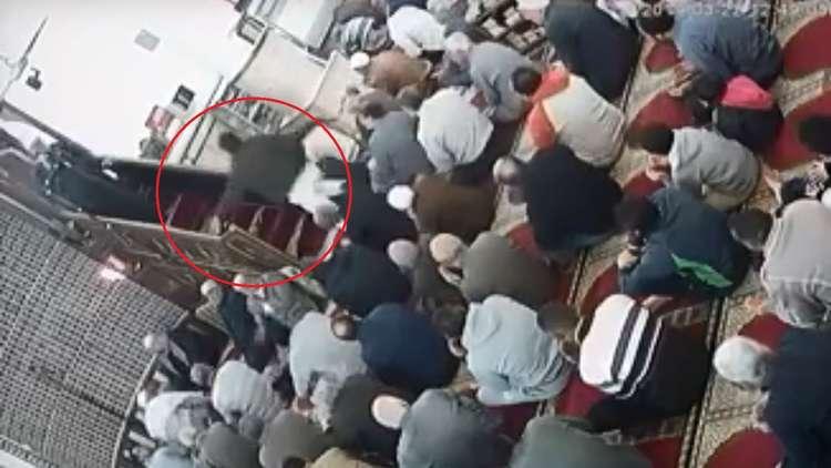 (ویدیو) کتک زدن یک امام جماعت با کمربند!