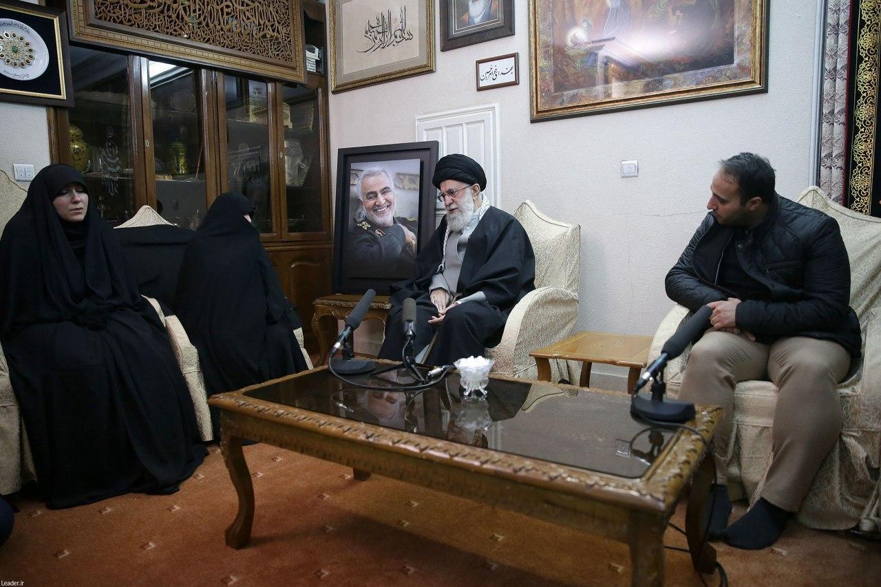 (تصویر) حضور رهبر انقلاب در منزل سردارشهید قاسم سلیمانی