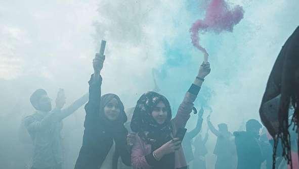 (تصاویر) جشن و اعتراض دانشجویان دانشگاه کوفه با دودهای رنگی