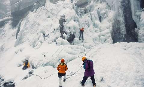 (تصاویر) صعود از  آبشار یخ زده گنجنامه