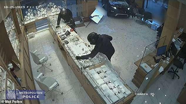 (ویدئو) سرقت عجیب از جواهرفروشی در لندن