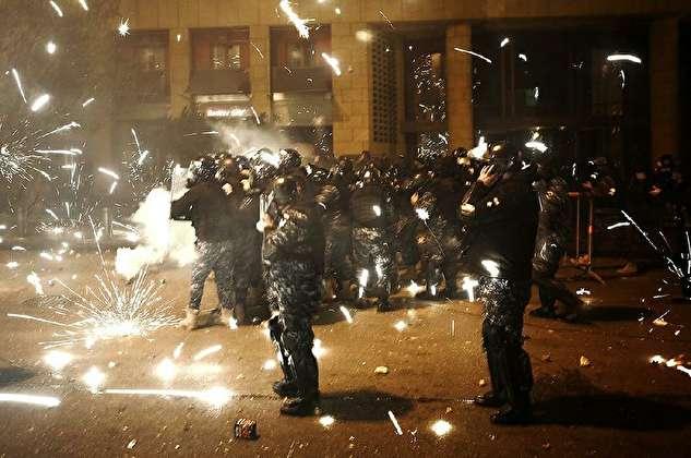 آتشبازی معترضان لبنانی برای مقابله با نیروهای پلیس