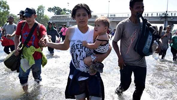 (تصاویر) سرازیر شدن هزاران مهاجر در مرز مکزیک
