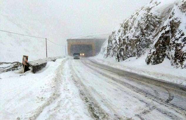 (ویدیو) بارش برف سنگین در محور کرج- چالوس