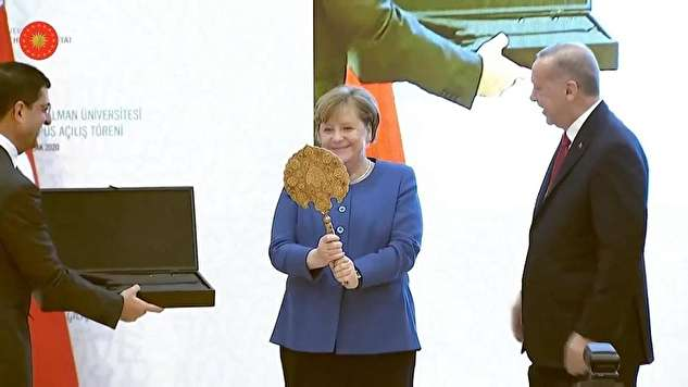 (ویدیو) ذوقزدگی مرکل از هدیهای که اردوغان به او داد