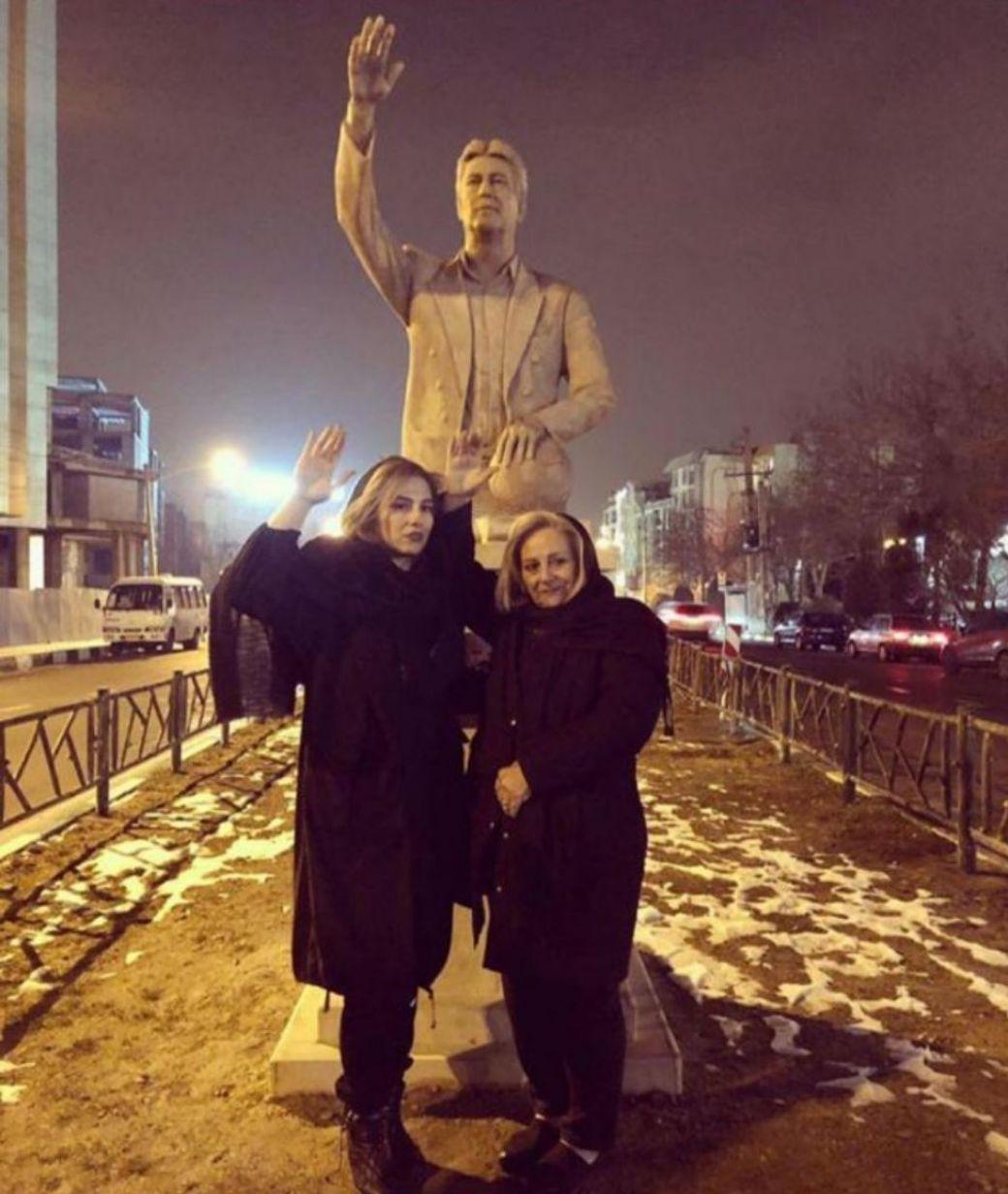(عکس) همسر و دختر ناصر حجازی در کنار مجسمه اسطوره استقلال