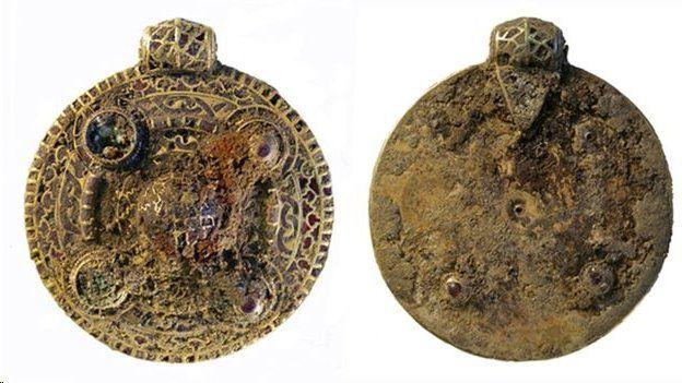 کشف سنجاق سینهای با قدمت ۸۰۰ ساله