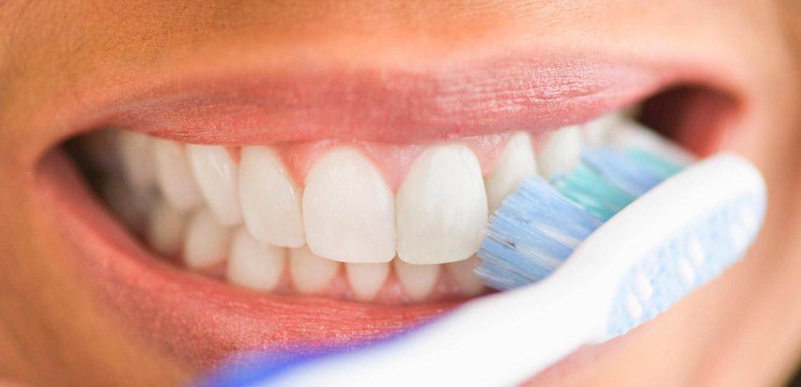 مسواک زدن و استفاده از خلال و نخ دندان در ماه رمضان روزه را باطل می کند؟