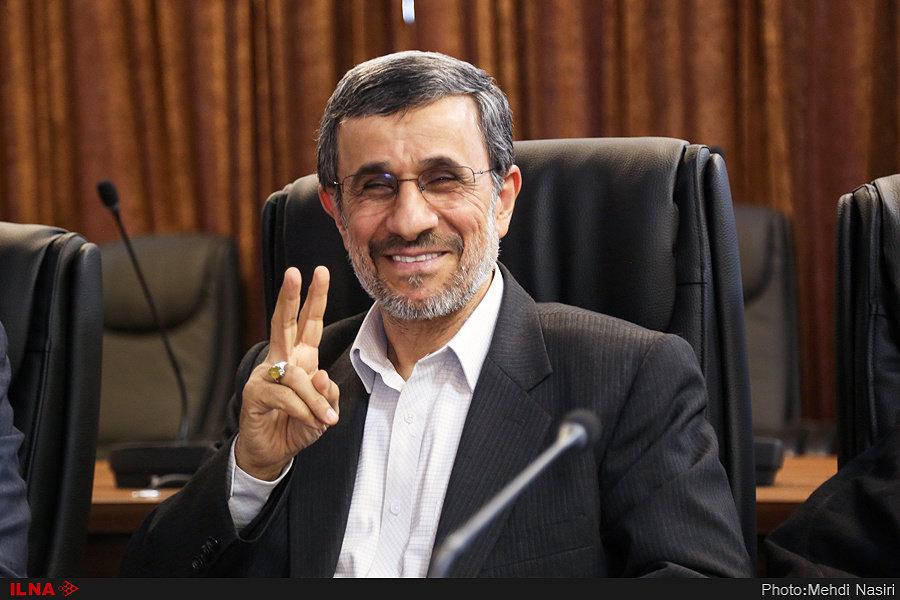 (تصویر) ژست احمدینژاد در جلسه مجمع