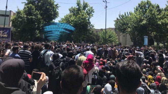 روایتهای سیاسی از تجمع دانشگاه تهران/ اتحاد چپها لیبرالها؟!