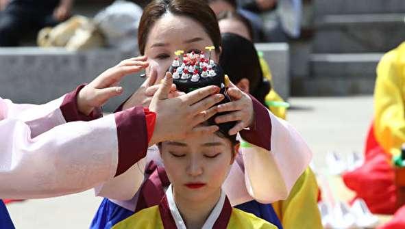 (تصاویر) جشن ورود به سن ۲۰ سالگی دختران و پسران در کره