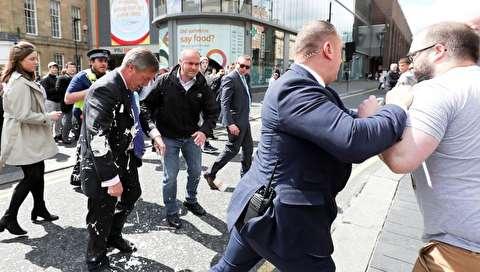 (تصاویر) حمله با میلک شیک به یک سیاستمدار!