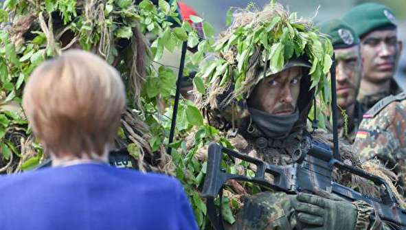 (تصاویر) آنگلا مرکل در میان نیروهای ناتو