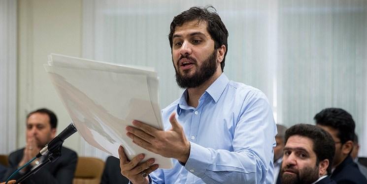 چرا هادی رضوی در جلسات محاکمه لباس زندان به تن نمیکند؟