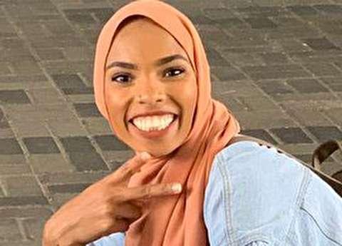 (تصاویر) حرکات عجیب دختر محجبه مقابل ضد مسلمانان