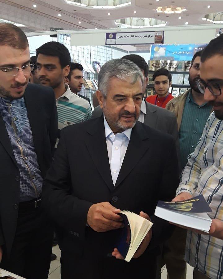 (عکس) فرمانده سابق سپاه با کت و شلوار در نمایشگاه کتاب!