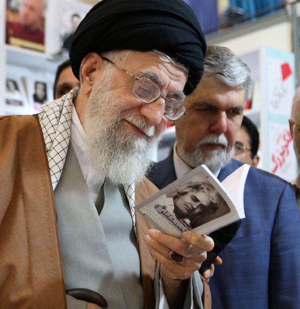 کتاب شعر احمد شاملو در دستان رهبر انقلاب