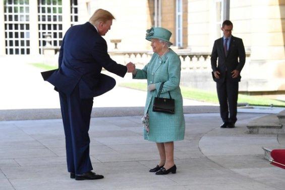 (تصویر) نحوه دست دادن ترامپ با ملکه جنجالی شد!