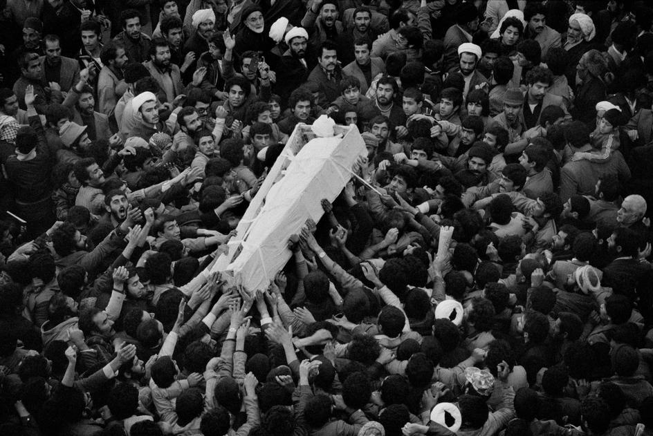 چرا کفن امام در روز تشییع تعویض شد؟