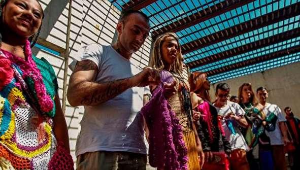 (تصاویر) بافندگی مردان زندانی برای زنان!