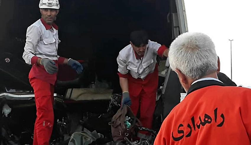 (تصاویر) دو کشته در تصادف اتوبوس و تریلی در اتوبان کاشان-قم