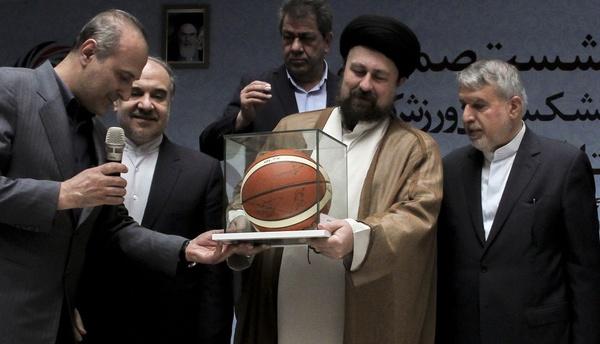 (تصویر) هدیه کمیته ملی المپیک به سیدحسن خمینی