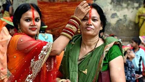 (تصاویر) مراسم ویژه زنان برای طول عمر شوهرانشان