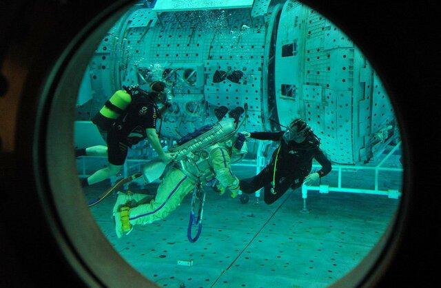 (تصاویر) استخر تمرین کار در فضا را ببینید