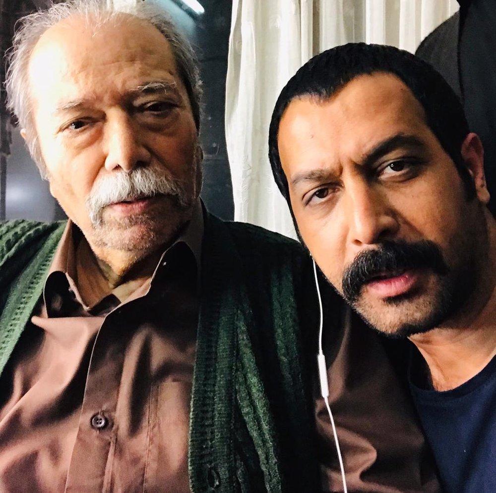 (تصویر) کیف کردن کامران تفتی در کنار علی نصیریان
