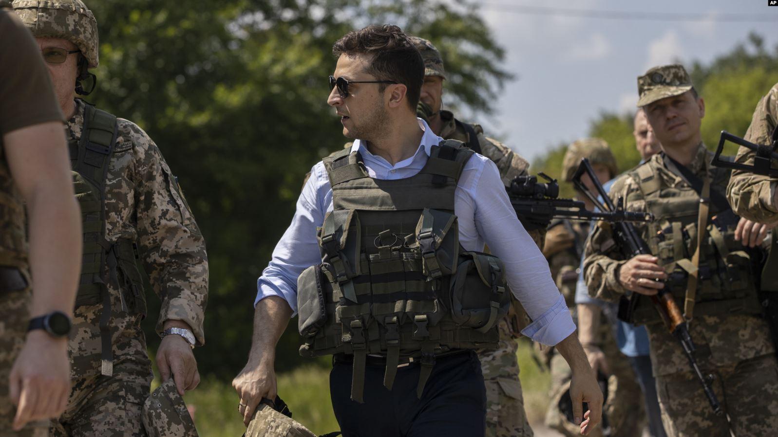 (تصاویر) پوشش رئیس جمهور جدید اوکراین در مناطق جنگی