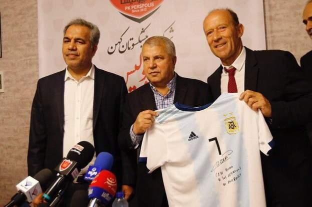اهدای پیراهن شماره هفت تیم ملی آرژانتین به علی پروین