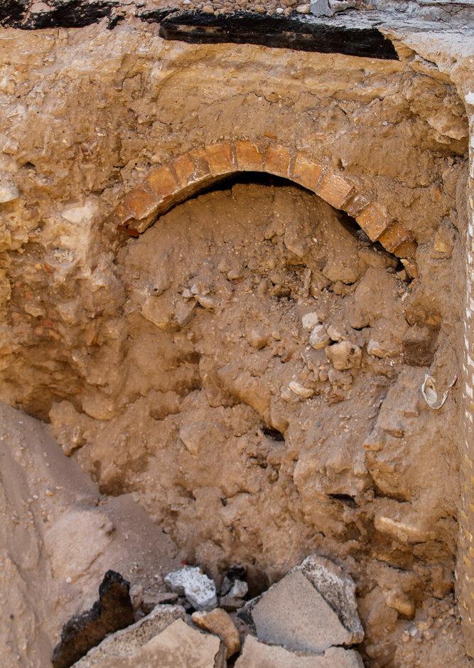 (تصاویر) بیرون آمدن آثار تاریخی از دل خاک در تبریز