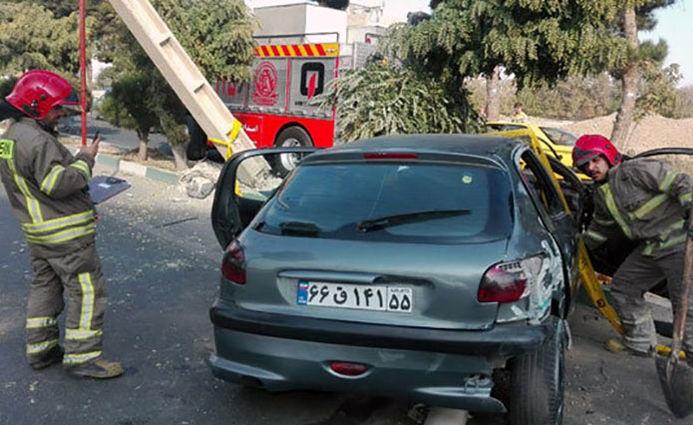یک کشته و ۳ زخمی در تصادف ۲۰۶ با تیر برق