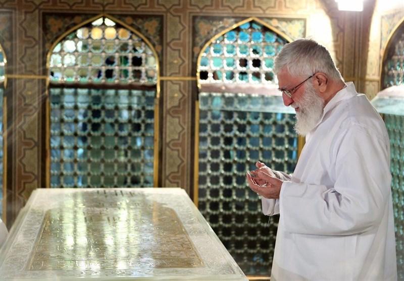 (عکس) تصویری ویژه از رهبر انقلاب در لباس خادمی امام رضا (ع)
