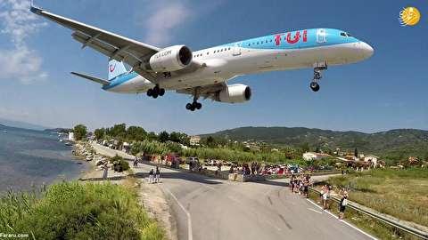 (تصاویر) عبور میلیمتری هواپیماها از روی گردشگران!