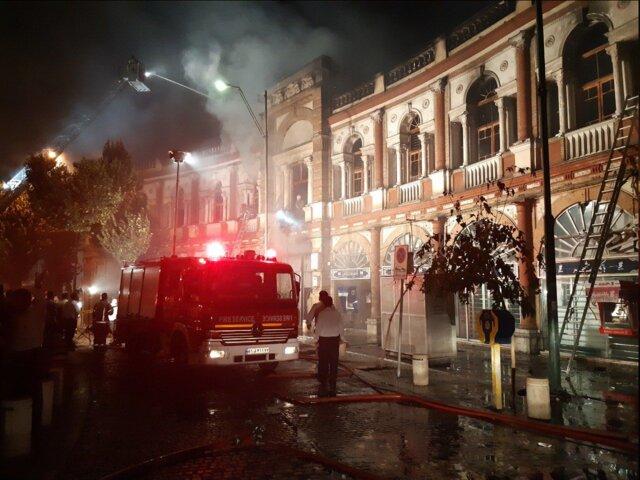 (تصاویر) آتشسوزی گسترده در میدان حسنآباد تهران