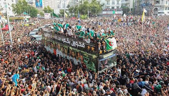 (تصاویر) استقبال بیسابقه مردم الجزایر از کاروان قهرمان آفریقا