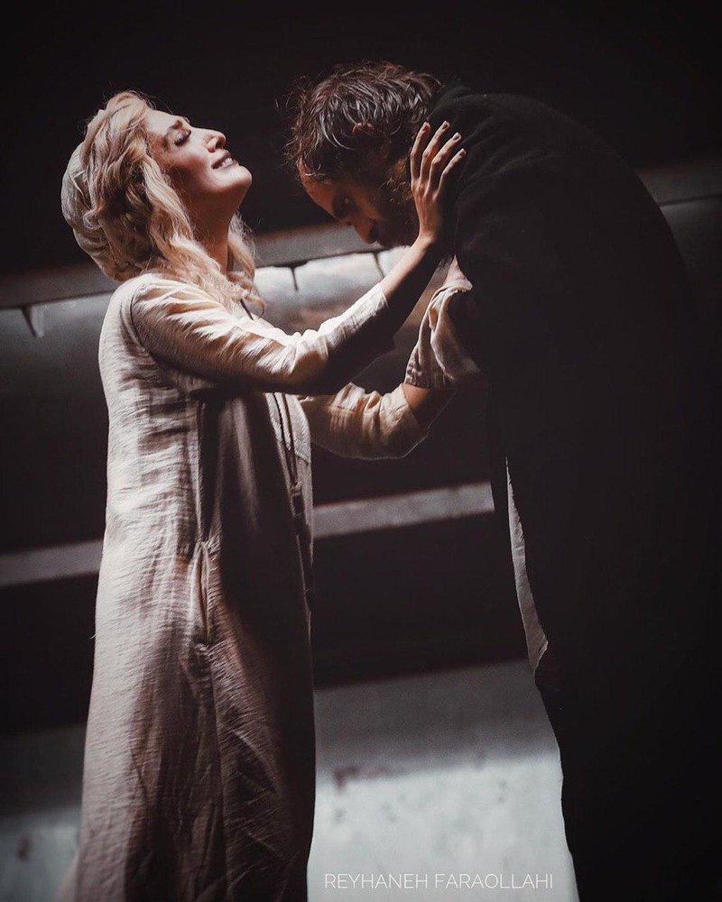 (عکس) لحظه احساسی مینا ساداتی و بابک حمیدیان در صحنه تئاتر