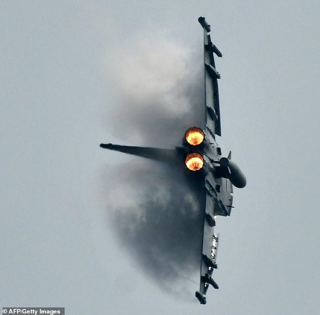 (تصاویر) یک خلبان در برخورد دو جنگنده آلمانی کشته شد