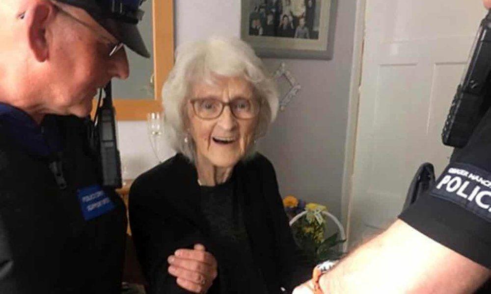 (عکس) مادربزرگ ۹۳ ساله به آرزویش رسید و بازداشت شد!